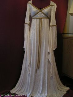 http://amysreallife.com/wp-content/uploads/2011/11/medieval-times-wedding-dresses-3.jpg