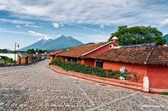 La antigua Guatemala y los impresionantes Volcanes de Fuego y Acatenango.  Foto: Mynor Mijangos