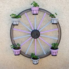 20 Utterly Genius Ways to Use Old Wagon Wheels 20 Incredible Ways to Use Old Wagon Wheels In Your Garden - How to Decorate With Wagon Wheels Wagon Wheel Garden, Wagon Wheel Decor, Wagon Wheel Chandelier, Vieux Wagons, Hanging Patio Lights, Old Wagons, Yard Ornaments, Craftsman Exterior, Homemade Home Decor