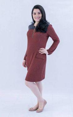 Belíssimo vestido em malha xadrez, com detalhes em pelica no ombros e um lindo caimento, para quem quer leveza e elegância. A MODESTIC™, como sempre.
