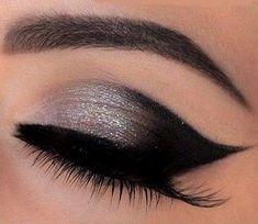 b36b906d3 Dnes sa naučíš nalíčiť čierno-strieborné mačacie oči. Charakteristické pre  toto líčenie sú presné
