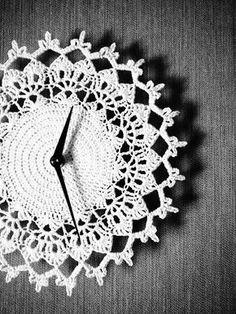 Virkattu kello (halk. n. 23cm) Tarvitset: Novita Kotiväki -lankaa n. 20g, virkkuukoukun nro 2 ja silmäneulan. Virkkaa 12 ke...