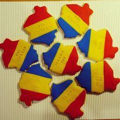 La multi ani, Romania 100! Karamella.ro te sarbatoreste in felul ei specific. Hora biscuitilor tricolori. Number Cakes, Romania, Macarons, Hibiscus, Biscuit, Alphabet, Cookies, Desserts, Crack Crackers