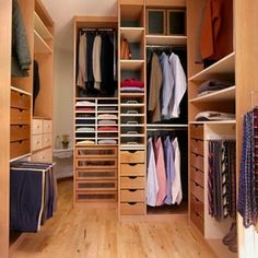 Modern and Luxurious Walk In Closet Design with Wooden Shelf and Wooden Floor and Small Ceiling Light - Use J/K to navigate to previous and next images Walk In Closet Small, Walk In Closet Design, Wardrobe Design, Closet Designs, Walking Closet, Dressing Ikea, Small Dressing Rooms, Bench With Shoe Storage, Closet Storage