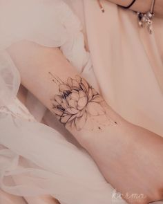 Search inspiration for a Blackwork tattoo. Feminine Tattoo Sleeves, Feminine Tattoos, Girly Tattoos, Arm Tattoos, Pretty Tattoos, Mini Tattoos, Sexy Tattoos, Beautiful Tattoos, Body Art Tattoos
