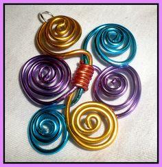Colgante en 4 colores en aluminio. Quedó divino de la muerte  :0)   Wire pendant in 4 color. Awesome ¡¡