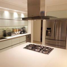 El diseño del proyecto es una combinación de tres modelos:  - Minoru: vidrio blanco - gabinetes grafito - Neutra: pvc alto brillo - gabinetes blancos - Reno life: melamina blanca Reno, Kitchen Island, Home Decor, Templates, Graphite, Glass, White Shaker Cabinets, Sparkle, Kitchens