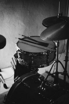 La bateria lista... Music Aesthetic, Aesthetic Vintage, Top Imagem, Music Collage, Black And White Aesthetic, Music Stuff, Aesthetic Pictures, Rock N Roll, Cool Stuff