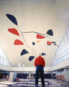 American artist Alexander Calder beneath one of his iconic mobiles. - photo: 2019 Calder Foundation, New York / Artists Rights Society (ARS) Mobile Sculpture, Sculpture Metal, Abstract Sculpture, Abstract Art, Alexander Calder Sculptures, Alexandre Calder, Kunst Online, Mobile Art, Kinetic Art