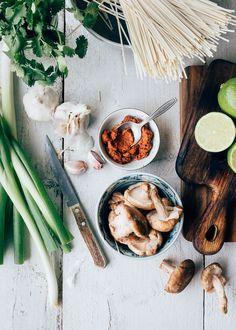 Ramen (noedelsoep) met rode curry en kip - Uit Paulines Keuken Curry Ramen, Dairy, Cheese, Food, Essen, Meals, Yemek, Eten