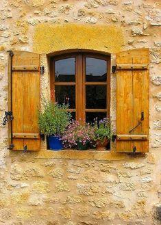 Janela com beiral e flores. Região de Franco-Condado (Franche-Comté), França.  Fotografia: audreylovesparis.