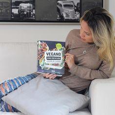 Lazy sunday... Dia #comfy em casa aproveitando para colocar a leitura em dia. O livro escolhido é ótimo para conhecer melhor sobre a culinária vegana e aprender novas receitas! Vegano Sem Frescura da @editoraalaude #sunday #livro #leitura #nutriçãoebeleza #veganosemfrescura #editoraalaude #chriscastro #girisbioggers #relax #vegano #vidasaudável