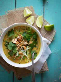 Gul curry med broccoli & ærter, 2 pers.:  1 spsk jordnøddeolie  2 fed hvidløg  ca. 15 g ingefær  2 tsk karrypasta ( jeg brugte massaman, men brug din favorit)  1 ds kokosmælk  250 g broccoli  2 dl ærter  1 tsk farin  3 limeblade  soja  limesaft