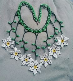 Collar...! Shakira, Beaded Flowers, Beading Patterns, Bracelets, Crochet Necklace, Beads, Cool Stuff, Jewelry, Seeds