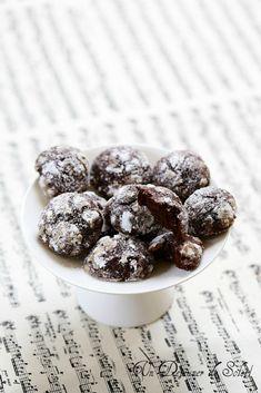 Biscuits craquelés au chocolat Des petits biscuits craqueléstout beaux et bien chocolatés avec ce petit parfum subtil d'eau de fleur d'oranger à la fin… Parfaits pour bien commencer le we…