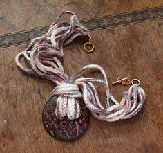 Sidney Artesanato: Colar de crochet com casca de coco....
