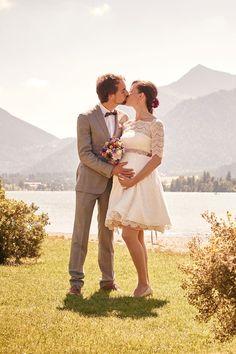 In unseren außergewöhnlichen, kurzen Brautkleidern hat dein wachsender Babybauch am schönsten Tag in deinem Leben bequem Platz und kommt wundervoll zur Geltung kommt. Da benötigst du gar keine Umstandsbrautmode! Probier' es doch aus!