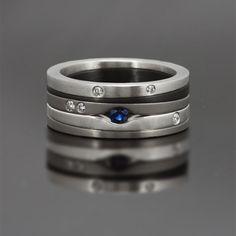 Ring gemaakt van zirkonium, edelstaal en titanium, bezet met een blauwe saffier en witte diamanten.