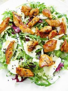 Sio-smutki: Sałatka z kurczakiem, serem camembert i sezamem Sio-sorrows: Salad with chicken, camembert cheese and sesame seeds Salad Recipes, Diet Recipes, Cooking Recipes, Healthy Recipes, Sprout Recipes, Snacks Für Party, Easy Chicken Recipes, Food Design, Food Inspiration