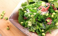 Healthy Green Roast beef Salad with Wasabi Peas. Makes an easy healthy salad for lunch or a picnic and a great way to use up leftover roast beef. Pea Recipes, Healthy Salad Recipes, Easy Healthy Dinners, Healthy Soup, Roast Beef Salad, Leftover Roast Beef, Wasabi Peas, Crockpot Spaghetti And Meatballs, Easy Chicken Curry