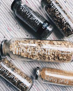 Alte Dinge aufwerten oder aus ihnen schöne neue Dinge basteln - das ist Upcycling.  Auch mit der Nutzung von unserem beim Kauf draufgeschraubten Blechdeckel kannst du unsere Flaschen z.B. als Müsliaufbewahrung, als Lunchbox für Deine Suppe, als Blumenvase, als Nudelholz oder mit ein wenig Arbeit zu einer Lampe umfunktionieren. Wie das geht, siehst Du hier: http://www.true-fruits-shop.com/pages/about-us  Danke an marisanokin für diese Upcycling-Idee!  #truefruitsupcycling #flaschenaufsätze…