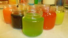 Make your own gel air freshener All you need is: 2 Envelopes unflavored Gelatin or more of some perfume or other fragrance cup hot water cup ice cold water Food coloring A small jar like a jelly or baby food jar Cleaners Homemade, Diy Cleaners, Kitchen Cleaners, Homemade Soaps, Homemade Candles, Homemade Products, Diy Cleaning Products, Cleaning Hacks, Household Products