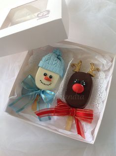 Paletas magnum Navidad Christmas Cake Designs, Christmas Cake Pops, Christmas Candy, Christmas Cookies, Creative Christmas Food, Christmas Food Treats, Christmas Deserts, Oreo Cake Pops, Cookie Pops