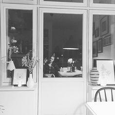 Schönen Abend ️Hier jetzt schon in Hoodie und Jogginghose,wie man andeutungsweise sieht  und gleich nur noch ins Bett und einkuscheln.Gefühlt langer Tag...Montage - Same same,but different  #decor #details #einrichtung #finahem #germaninteriorbloggers #goodnight #Hamburg #hh #home #homedecor #homeinspo #instahome #instainspo #interieur #interior #interiorblogger #interiordesign #kitchen #myhome #reflections #window