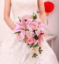 bouquet-mariée-rond-chute-rose-lys-roses-hortensias