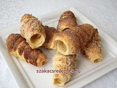 Creamed Eggs, Sweet Pastries, Baking Tins, Cream And Sugar, Pastry Recipes, Vegetarian Chocolate, Dessert Bars, Minion, Biscuits