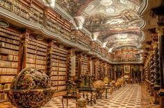 KLEMENTINUM  LA BIBLIOTECA HERMOSA DE PRAGALa  es uno de los más bellos ejemplos de la arquitectura barroca. Se inauguró por primera vez en 1722 como parte de la Universidad Jesuita en el centro de Praga (República Checa),