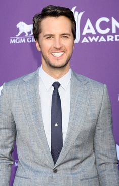 Ellen sends Luke Bryan to be her red carpet correspondent at the CMAs. He plays truth or dare, swigs liquor from a flask & gets a kiss from Blake Shelton. Country Singers, Country Music, Country Artists, Luke Bryan Shirtless, Luke Bryan Pictures, Caroline Bryan, Hot Country Men, Jason Aldean, American Music Awards