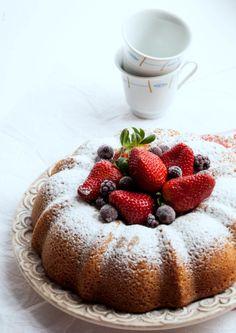 Strawberry and Lemon BundtCake http://asaventurasdeumamama.blogspot.com/2014/03/7-edicao-do-bundtmania-primavera.html
