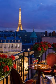 Dreaming of an Eiffel Tower view next time you're in Paris? These are the best Paris hotels with a view, many with romantic balconies. Hotels near the Eiffel Tower, Arc de Triomphe, Louvre and more. Places Around The World, The Places Youll Go, Places To Go, Paris Hotels, Beautiful World, Beautiful Places, Torre Eiffel Paris, Belle Villa, Paris Jackson