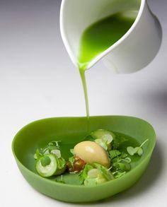 Ensalada verde: aguacate, lima, pepino, corazón de tomate, 'chartreuse', rúcula, oxalis, berro, pimpinela, sorbete de oliva y aceite de oliva