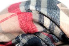 d39cf713c627 Echarpe pour femme · Grand châle rose écossais doux en laine pour se  blottir de chaleur. Maxi Echarpe,