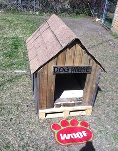 See here the ideas of DIY Dog House Plans made from Pallets. It is a small shelter for a dog made out of pallets wood. Pallet Dog House Ideas is a small shed Pallet Projects Signs, Scrap Wood Projects, Pallet Crafts, Pallet Art, Diy Projects, Pallet Dog House, Dog House Plans, Simple Tree House, Diy Pallet Furniture
