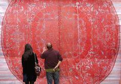 牡丹を題材とした、巨大な切り紙。中国湖南省洛陽市にある国家牡丹園で展示されたもの。中央に直径1・5mもある巨大な牡丹が切り抜かれ、その周りを大小さまざまな百近い牡丹と10匹の形態の異なる龍が取り囲んでいる。近くで眺めてみたい作品だと思います。