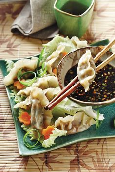 Sauce asiatique Dans un petit bol, mélanger tous les ingrédients de la sauce et réserver. Dumplings Dans un grand… Sauce Hoisin, Dumplings, Pasta Salad, Cooking, Ethnic Recipes, Food, Dressing, Asian Dipping Sauces, Asian Recipes