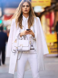 おしゃれモデルのカーラ・デルヴィーニュは全身白のコーデ☆おしゃれなハンドバッグコーデのスタイル・ファッション☆