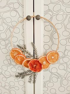 A step by step tutorial how to make a minimal Nordic style dried orange wreath for the season. Dried Orange Slices, Dried Oranges, Dried Flower Wreaths, Dried Flowers, Advent Wreath, Diy Wreath, Orange Craft, Mobiles, How To Preserve Flowers