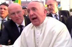 <p>17/02/2016/EFE/AM Al concluir el encuentro con los jóvenes, el Papa Francisco se acercó a quienes querían saludarlo. Mientras le daba un rosario a uno de los que se amontonaban para verlo, alguien provocó que el Santo Padre cayera sobre un…</p>