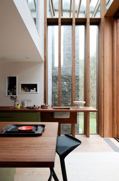 An architect's house open to nature This is in Wales that Sarah Feather-stone and Jeremy Young, a couple of London architects have designed a contemporary cottage called « Ty hedfan » in Welsh: balencing house as it overlooks the Ysgir river in the Welsh