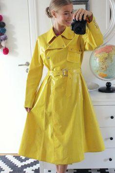 Raincoats For Women Trench Green Raincoat, Raincoat Outfit, Dog Raincoat, Hooded Raincoat, Imper Pvc, North Face Rain Jacket, Rubber Raincoats, Yellow Coat, Langer Mantel