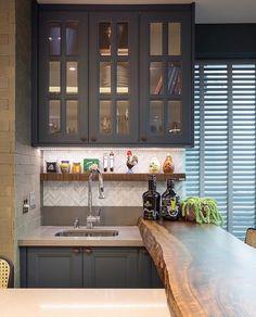 """177 curtidas, 7 comentários - TE Arquitetura + Interiores (@arqthaizaev) no Instagram: """"Área da churrasqueira de deixar qualquer um babando.. 🤤  Armários no estilo clássico e bancada em…"""""""