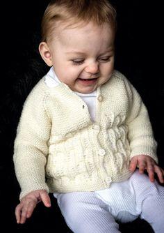 Yndig lille babypigetrøje strikket i det lækre uldgarn Bumbo Baby Uld fra Bumbo. Design Bumbo by Mayflower. Bumbo Baby Uld består af 100
