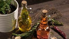 Používate vo svojej kuchyni olivový olej? My ho používame veľmi často. Druhov už existuje mnoho, no medzi tie najlepšie patria extra panenské priamo z Grécka (Lisované za studena). Hodia sa do šalátov, len tak na dochutenie pokrmov, ale i na varenie či dokonca pečenie. Dnes si ukážeme, ako im môžeme dodať novú tvár. Tvár s charakteristickou chuťou. Tak poďme na to, pripravíme si chilli a rozmarínový olivový olej.
