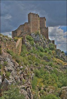 CASTLES OF SPAIN - Castillo de Alburquerque (Badajoz), también es conocido como Castillo de Luna por uno de sus constructores, don Álvaro de Luna, Maestre de la Orden de Santiago y condestable de Castilla. El rey Fernando II de León conquistó la zona en 1166 a los musulmanes y se la entregó a la Orden de Santiago. Muy pocos años después, en 1184, las tropas de musulmanas retomaron la zona, pero en 1217 los cristianos recuperaron de forma definitiva el control del lugar.