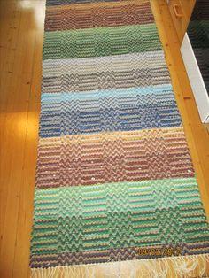 Lemmenpolku räsymatto, kudottu käytetyistä vaatteista leikattuja kuteita Rag Rugs, Weaving Patterns, Recycled Fabric, Scandinavian Style, Rug Making, Woven Rug, Rug Runner, Pattern Design, Hand Weaving