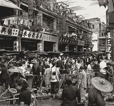 'Thriving Market' shows a bustling urban life in the when Hong Kong was undergoing an economic transformation including a rapid expansion in the manufacturing sector as well as a population boom Santa Barbara Museum, Hong Kong People, Fan Ho, International Photography Awards, Taiping, San Francisco Museums, Heritage Museum, Urban Life, Street Photographers